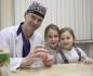 Дочки доктора Свиридова следят, чтобы папа на работе не остался голодным