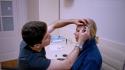 Пластический хирург наносит разметку Малиновской